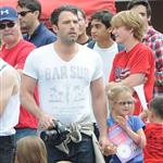 Ben Affleck and Jennifer Garner watch a 4th of July parade with their daughters 119743