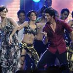 Shah Rukh Khan with Dia Mirza at IIFA Awards 2011 88534