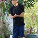 George Clooney in Hawaii charming dogs and ladies  57176