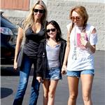 Noah and her two role models out and about among the paps a couple of months ago 74599