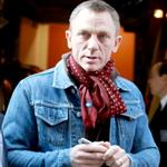 Daniel Craig signs autographs for fans outside of The Today Show 100835