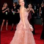 Drew Barrymore in an imitation Penelope Cruz dresse at the 2009 Emmy Awards 47286