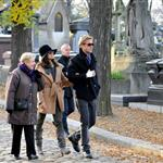 Ryan Gosling and Eva Mendes walk through Pere Lachaise Cemetery in Paris 99318