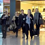 Gwyneth Paltrow and Mary Kate and Ashley Olsen at Heathrow 25902
