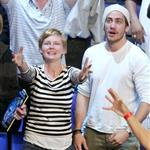 Kirsten Dunst and Jake Gyllenhaal try to catch t-shirts thrown into the crowd as souvenirs during the 2004 NBA All-Star Game 120305