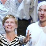 Kirsten Dunst and Jake Gyllenhaal try to catch t-shirts thrown into the crowd as souvenirs during the 2004 NBA All-Star Game 120306