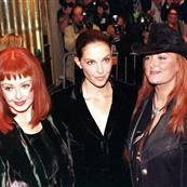 Ashley Judd with Naomi and Wynona Judd at the Double Jeopardy premiere in 1999 83018