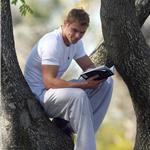 Kellan Lutz poses in a tree is the Worst of 2010  74346