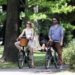 Michael Sheen Rachel McAdams go for bike ride in Toronto July 2011 90025