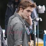 Robert Pattinson and Kristen Stewart shooting parking lot scene for New Moon  36517