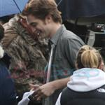 Robert Pattinson and Kristen Stewart shooting parking lot scene for New Moon 36495