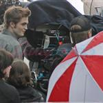 Robert Pattinson and Kristen Stewart shooting parking lot scene for New Moon 36500