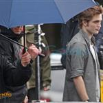 Robert Pattinson and Kristen Stewart shooting parking lot scene for New Moon 36503