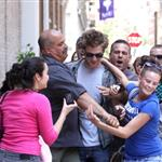 Robert Pattinson attacked by crazy fans in New York 41184