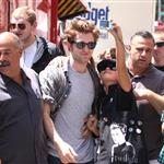 Robert Pattinson attacked by crazy fans in New York 41187