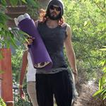 Russell Brand heads to yoga class 108442